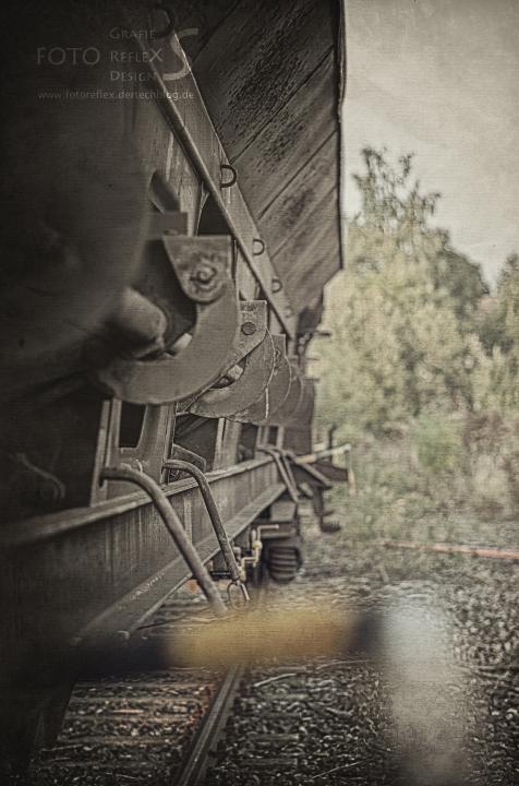 hinterm Güterwagon versteckt